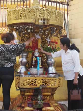yangon_pouring_water_on_buddha